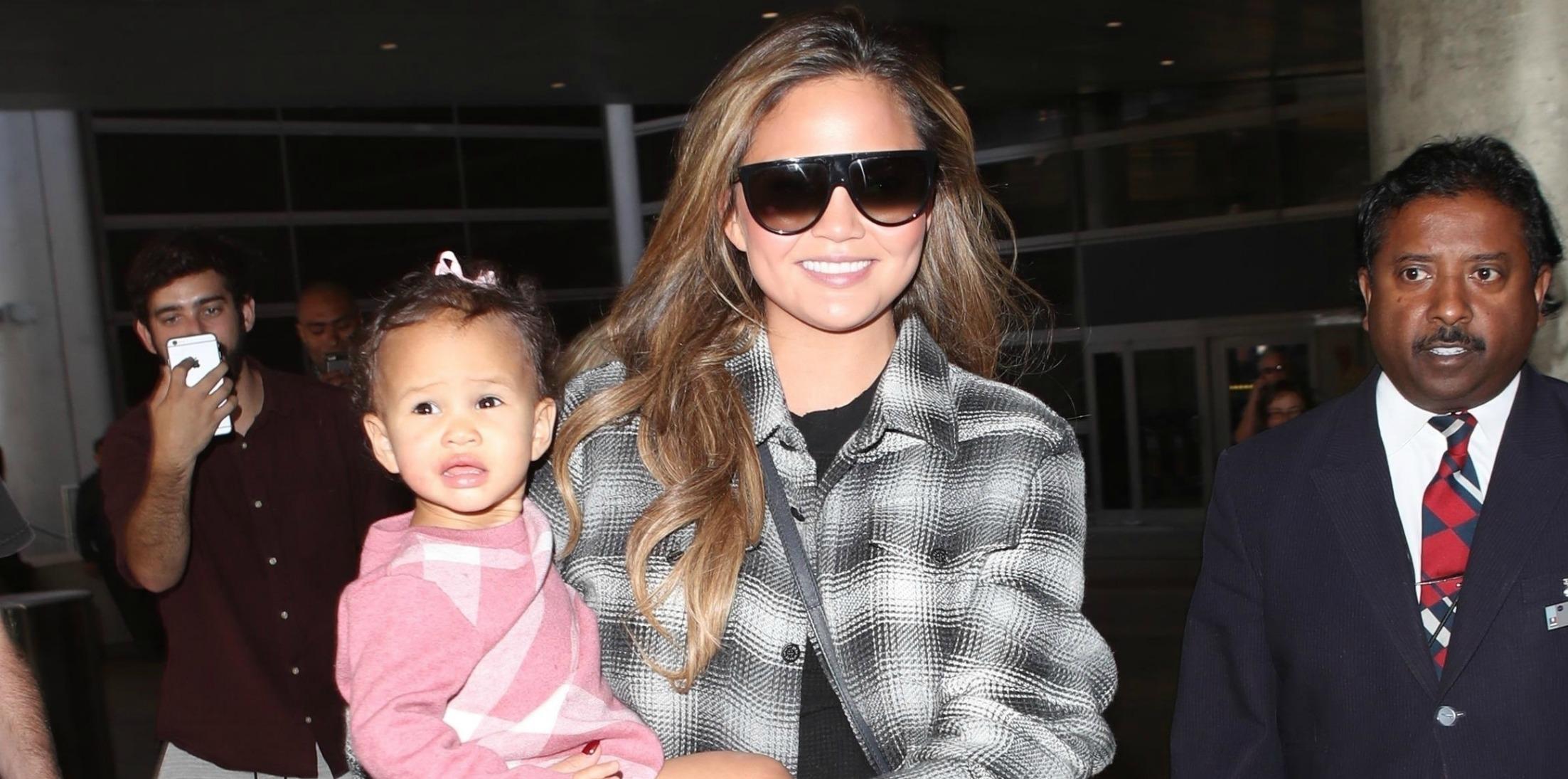 chrissy teigen daughter luna airport pics long
