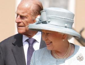 2011__04__Kate_Middleton_In_Laws_Queen_Elizabeth_April26newsnea 300×228.jpg