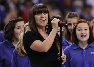 Kelly clarkson national anthem feb6nea.jpg