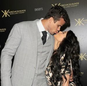 2011__08__Kim_Kardashian_August221 300×295.jpg