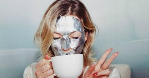 Karlie Kloss showed off her silver face mask while she drank some tea.