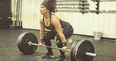 Chelsea Houska weight loss photo shows Teen Mom 2 star dressed in black lifting weights in the gym.