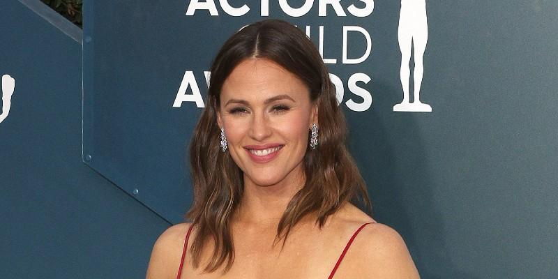 Jennifer Garner Wears a Red Dress