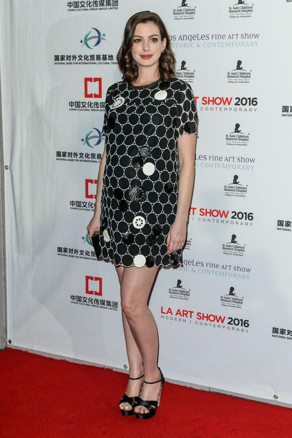 Anne Hathaway Is Pregnant: See Her Baby Bump! | Glamour