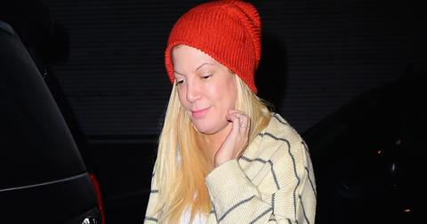 Tori Spelling Buys Tabloid Magazines as she Lands in NYC