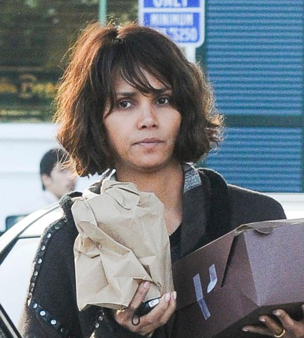 Halle Berry picks up Birthday Cake for Oliver Martinez at Bristol Farms **USA ONLY**
