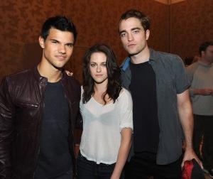 2011__07__Taylor_Lautner_Kristen_Stewart_Robert_Pattinson_July21ne 300×254.jpg