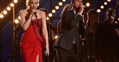 Gwen stefani adam levine performing at the 2015 grammy awards 04
