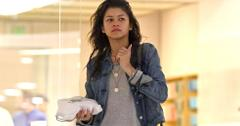 INF – Zendaya Makeup Free Goes to the Apple Store