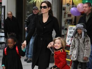 2010__12__angelina_jolie_dec7_54a 300×227.jpg