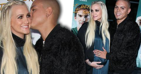 Pregnant ashlee simpson holds baby bump
