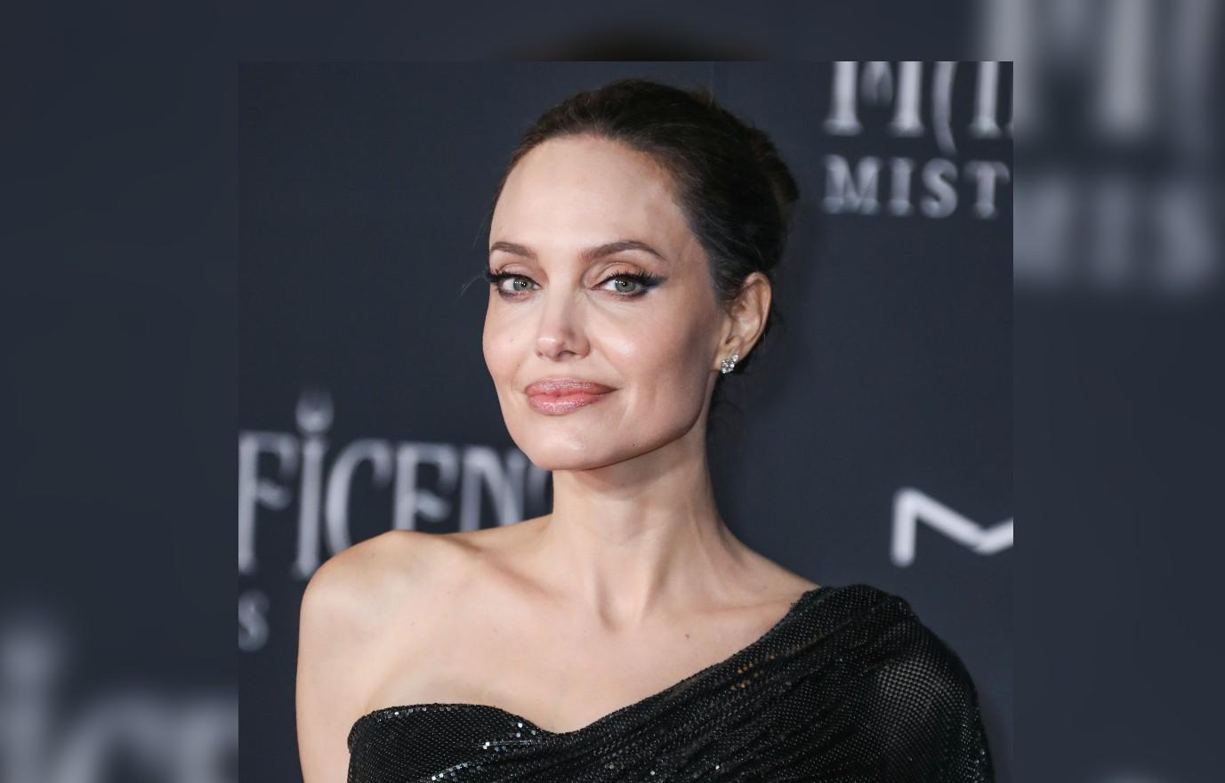 angelina jolie spotted entering ex hubbys dumbo digs with wine and no security in sight jonny lee miller divorce couples hollywood